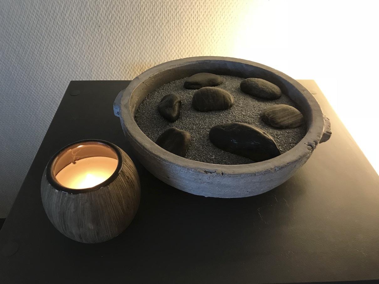table noir avec galets et bougie